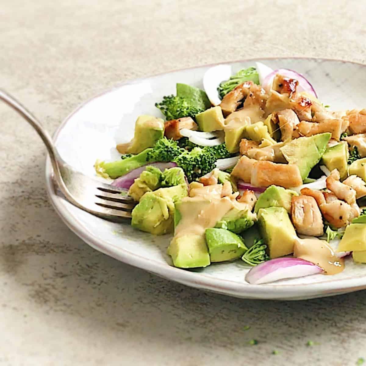Receta de aguacate, pollo, brócoli y cebolla
