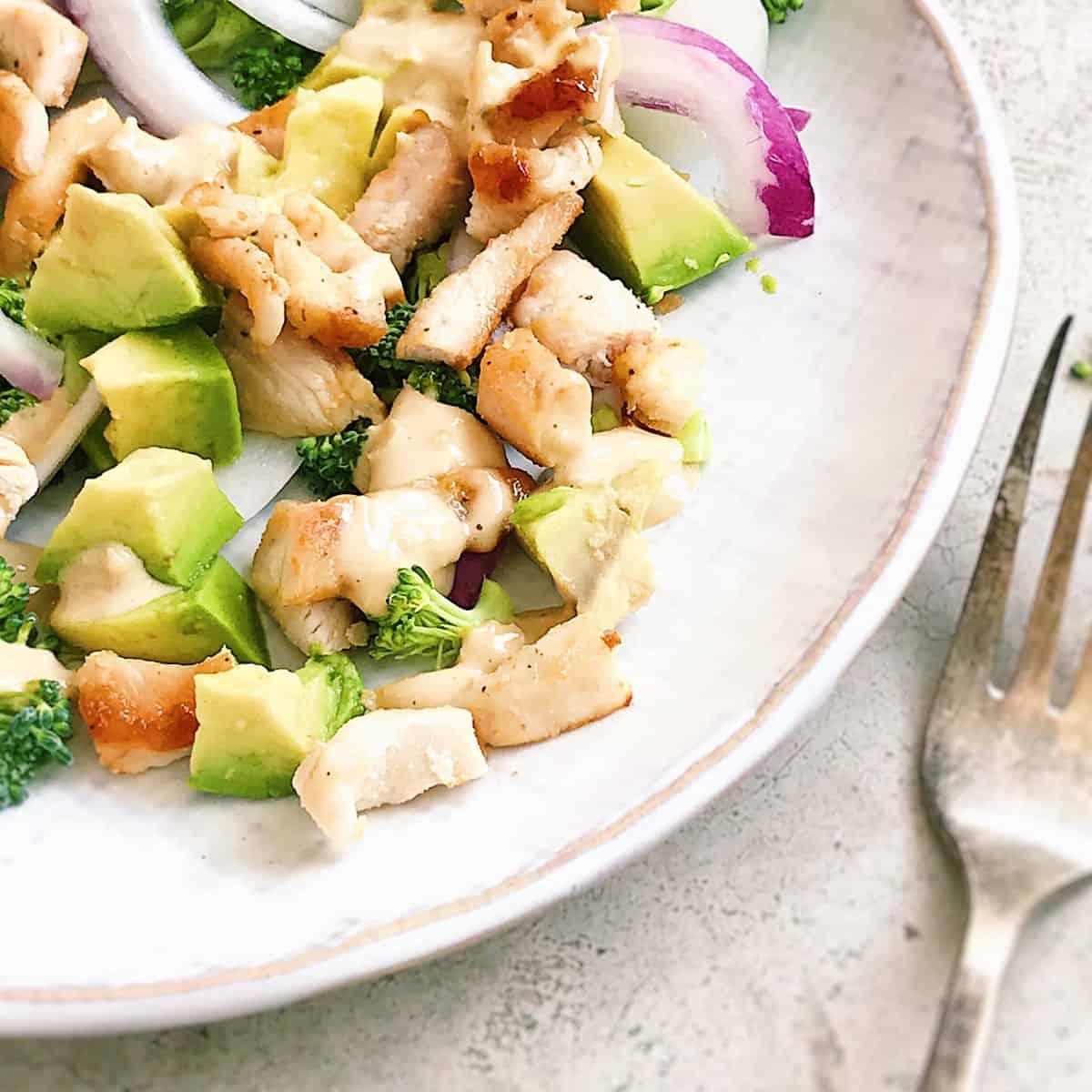 ¿Cómo se prepara una ensalada de aguacate y brócoli?