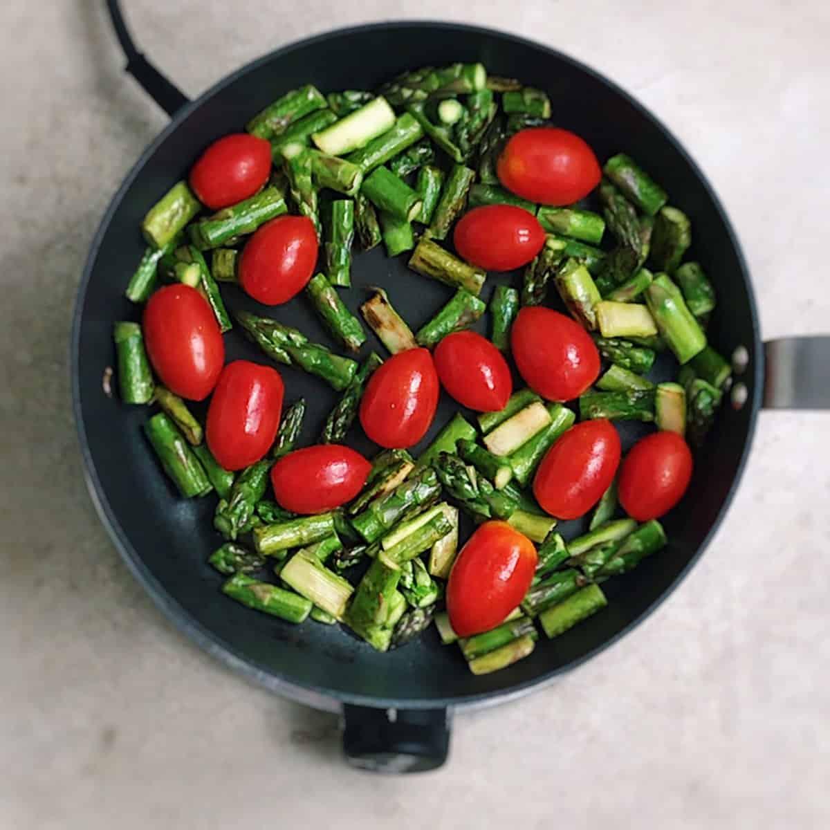 Ingredientes de ensalada de pasta con tomates, espárragos, mozzarella y eneldo