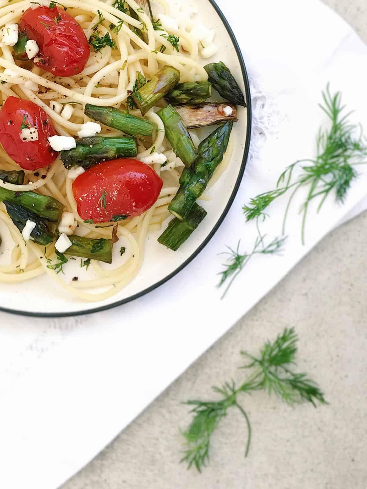 Ensalada de pasta con tomate, espárragos, mozzarella y eneldo