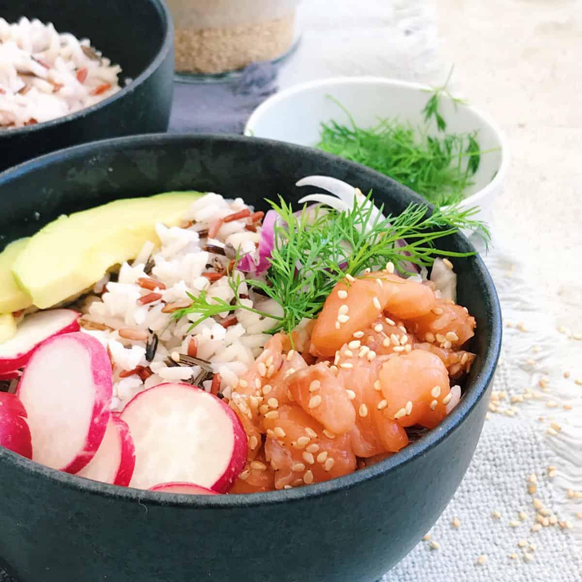 Poké bowl de salmón.