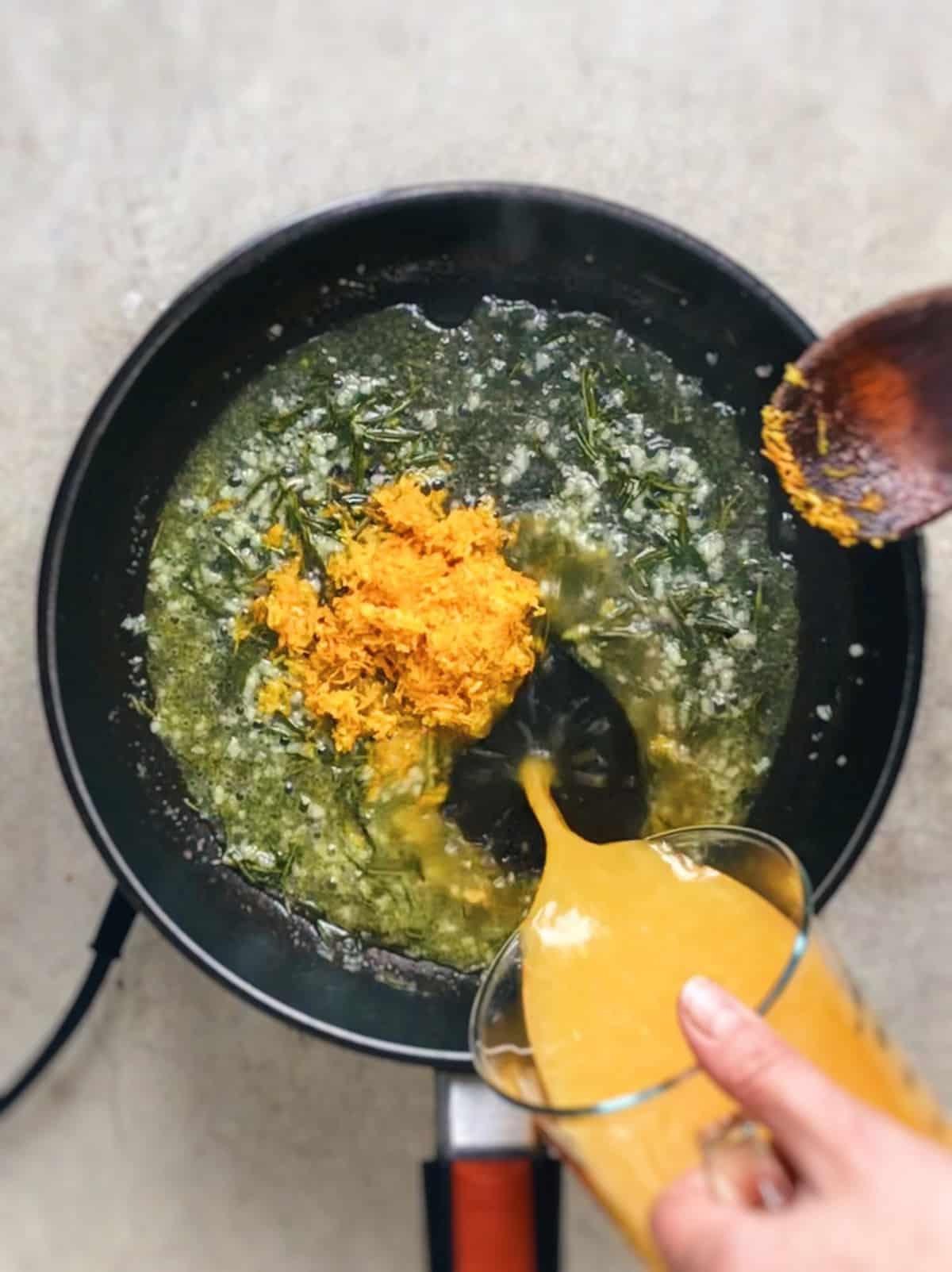 Salmón con naranja en sartén