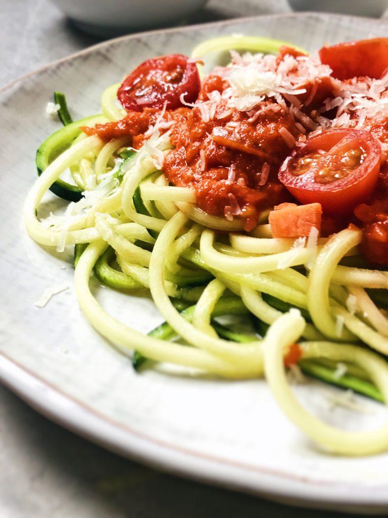 Espaguetis de calabacín con tomate sabrosos