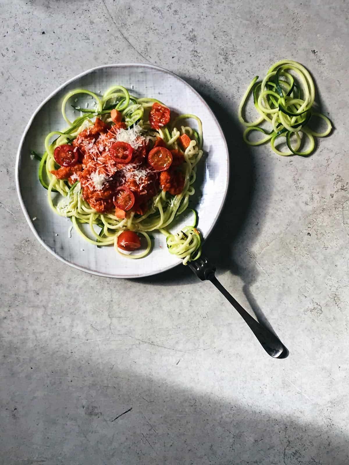 Espaguetis de calabacín con tomate.