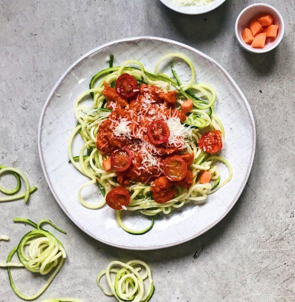 Receta de espaguetis de calabacín con tomate