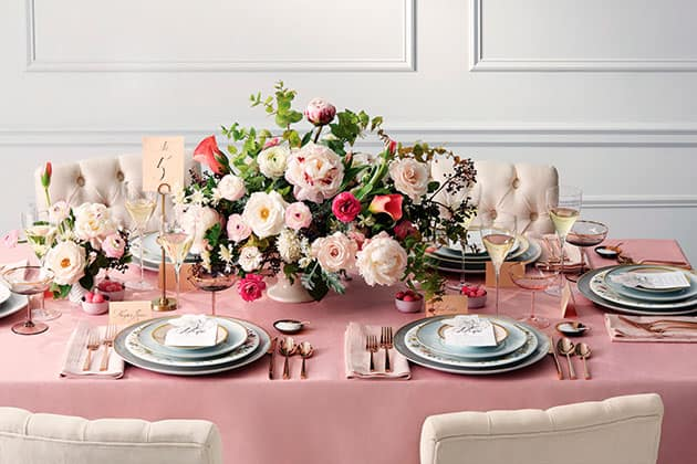 Poner la mesa con flores rosas Christopher Testani