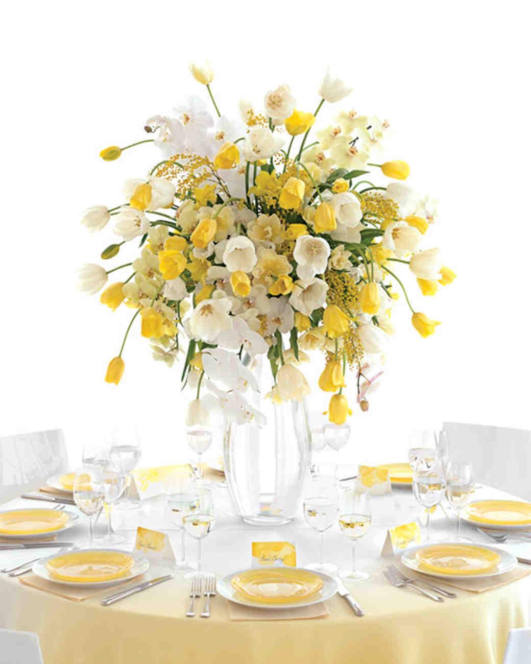 Mesas con flores amarillas, verdes y blancas
