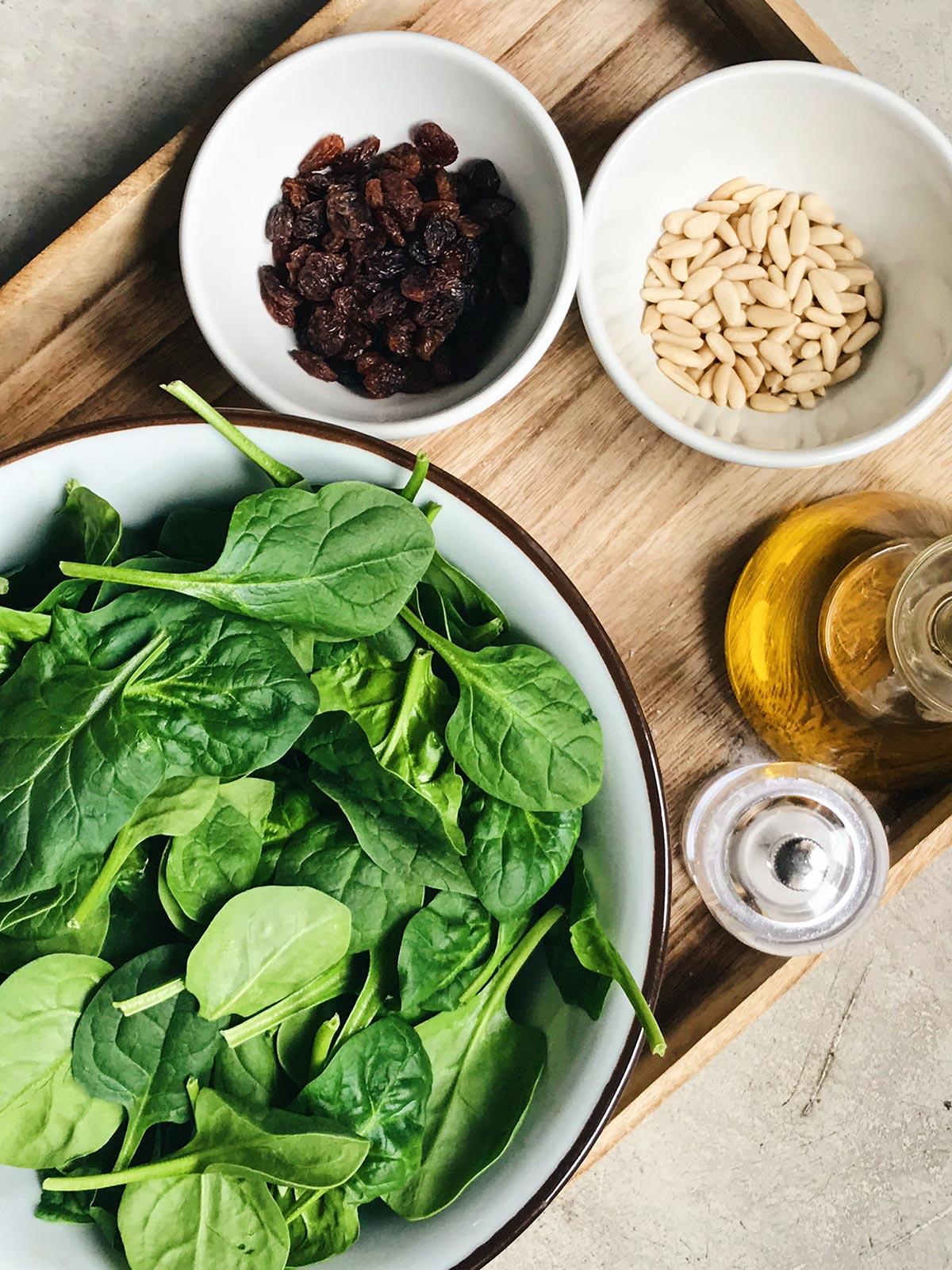 Ingredientes de espinacas con pasas y piñones