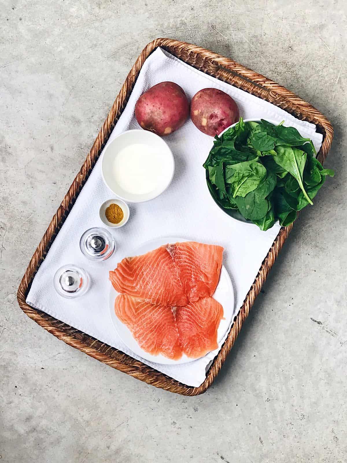 Ingredientes de salmón con espinacas