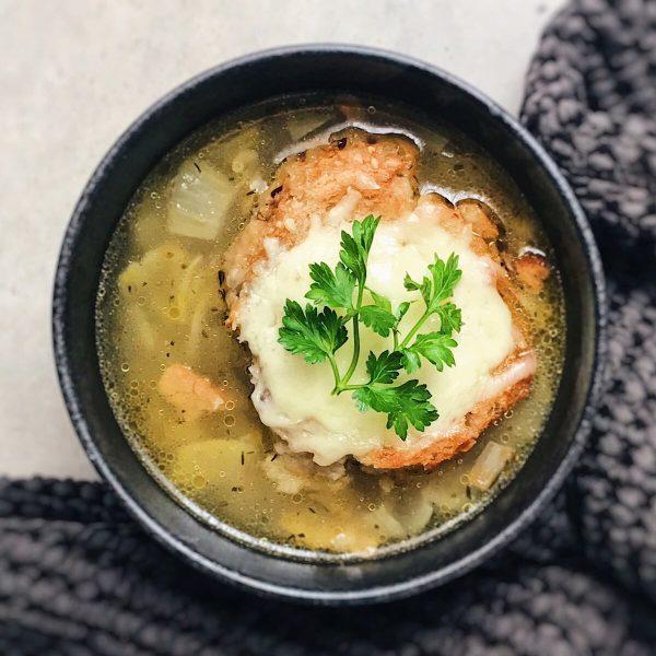 Receta de sopa de cebolla con pan y queso