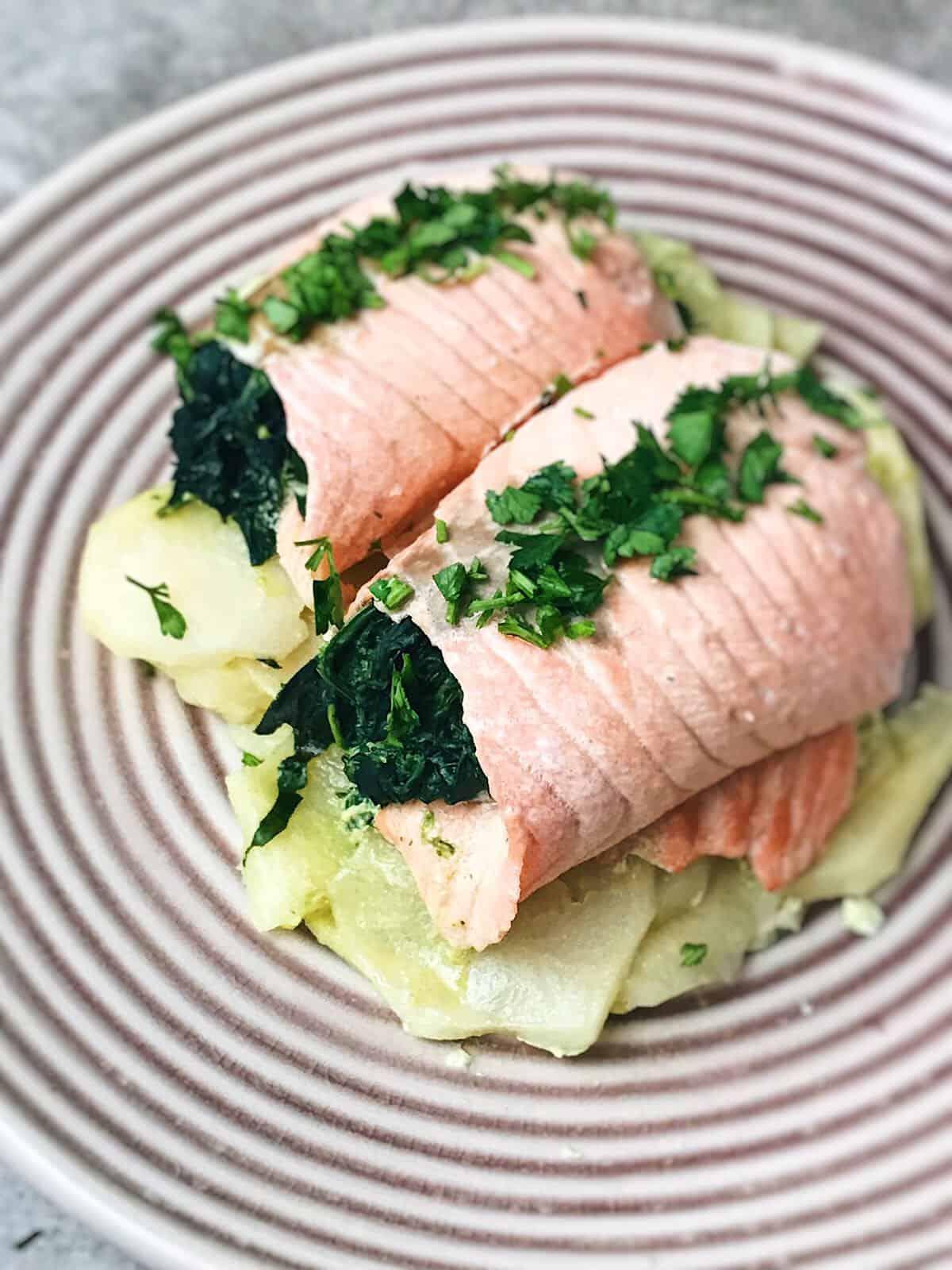 salmón, espinacas y patatas