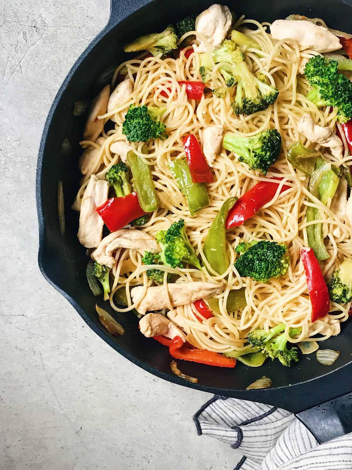 espaguetis con verdura y pollo