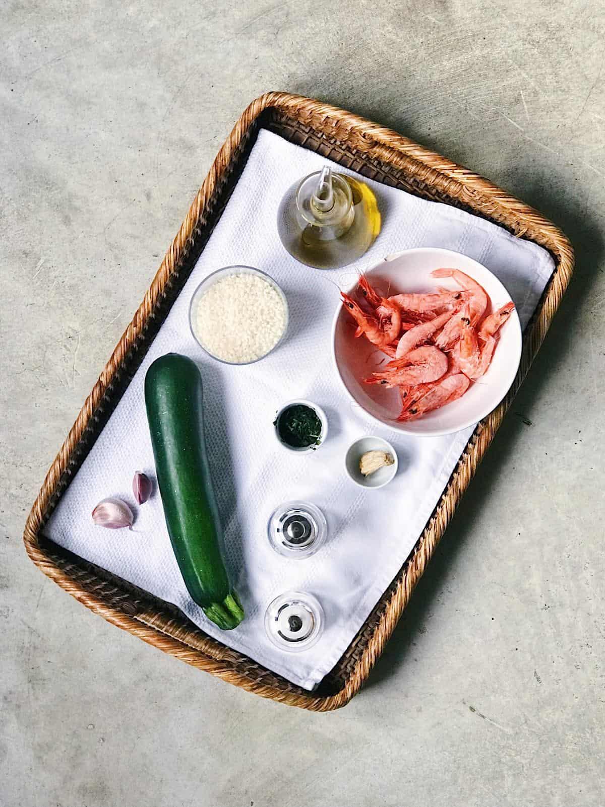 Ingredientes de arroz con gambas y calabacín