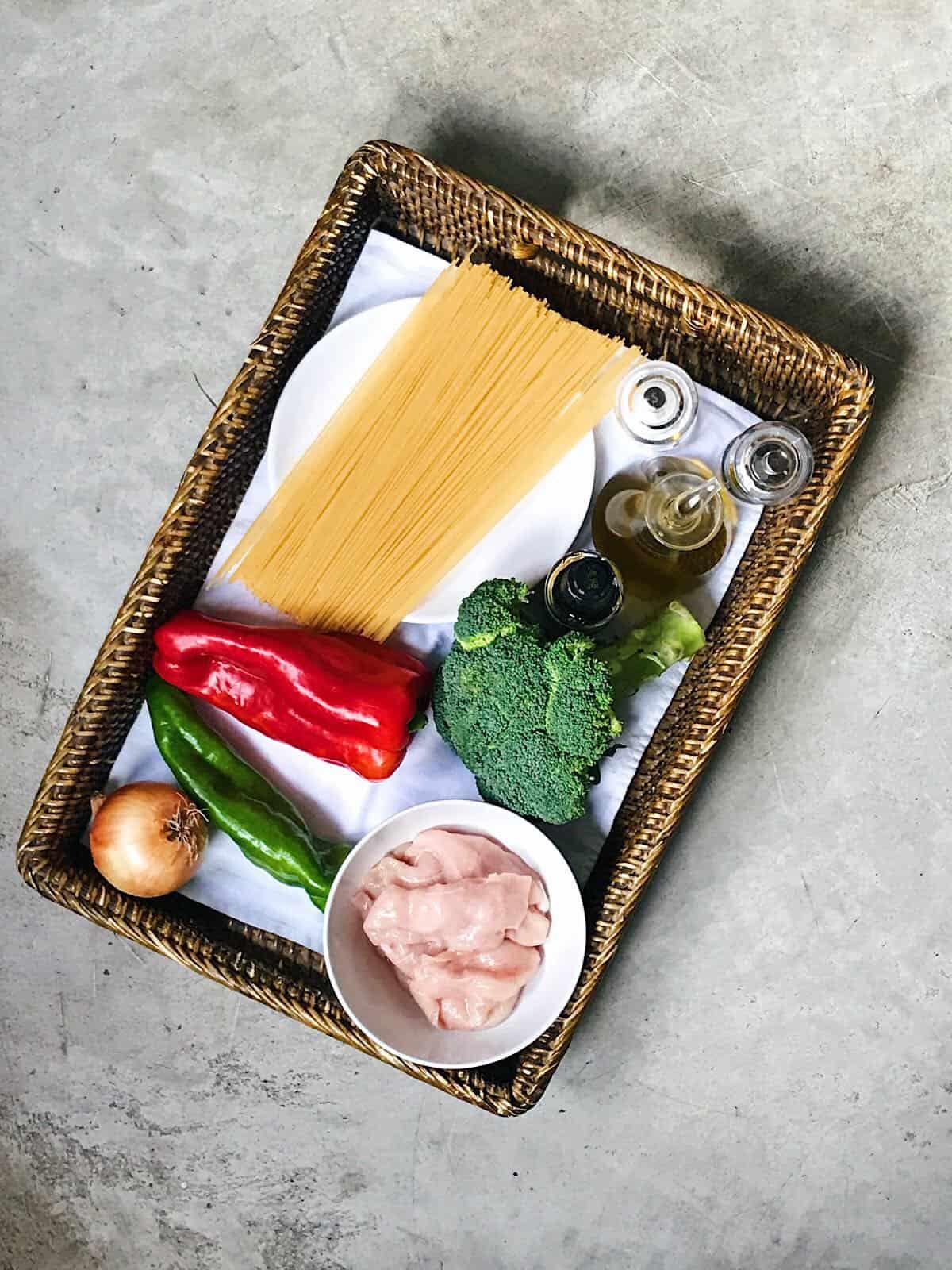 ingredientes de espaguetis con verduras y pollo