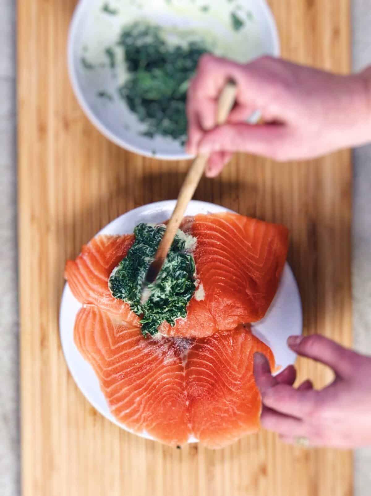 salmón fresco y espinacas en microondas