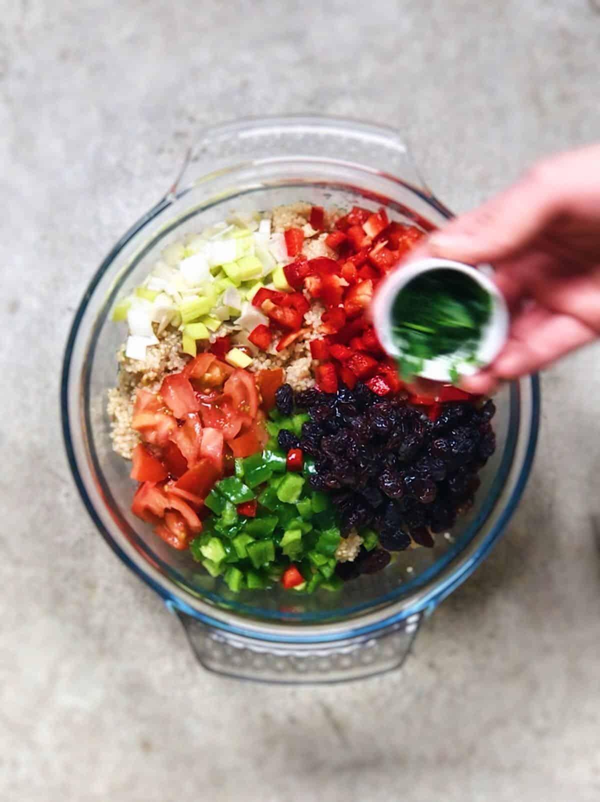 tabule de quinoa con pasas