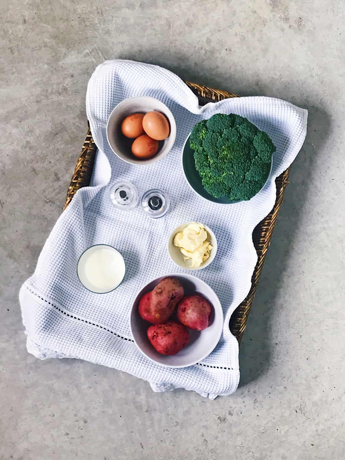 Ingredientes de brocoli con pure de patatas