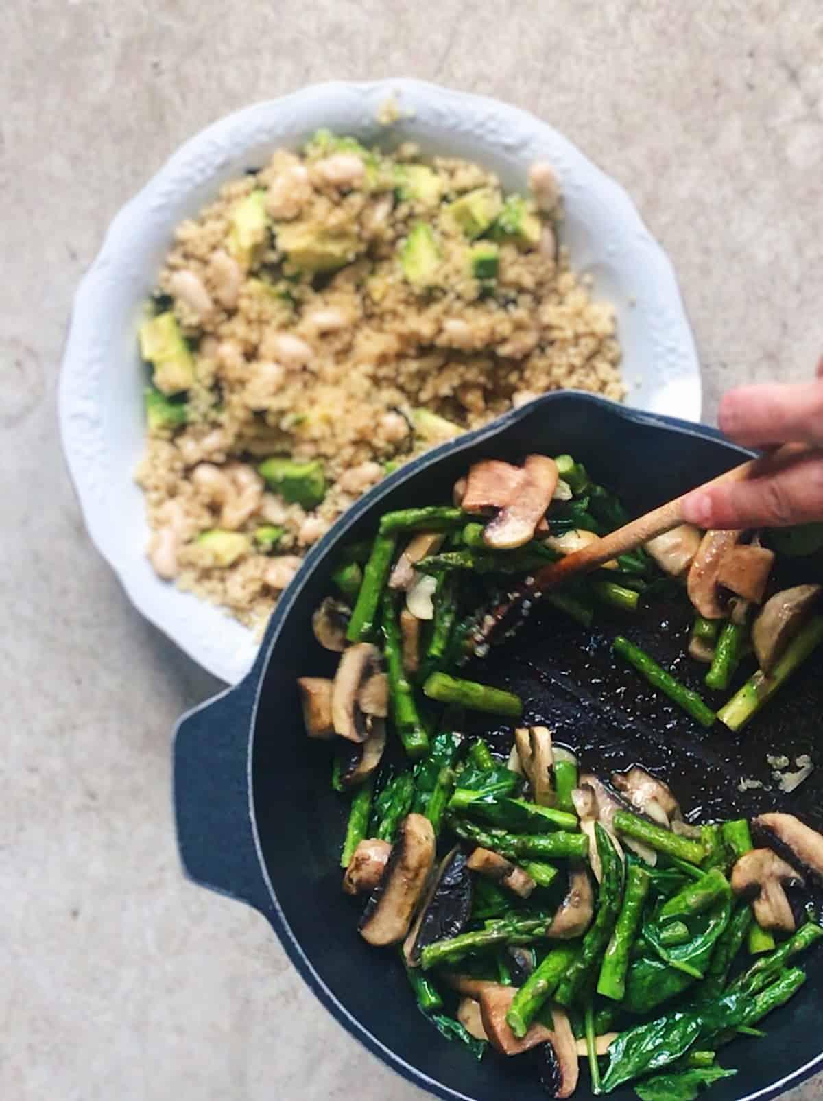 ensalada vegana con alubias blancas y quinoa