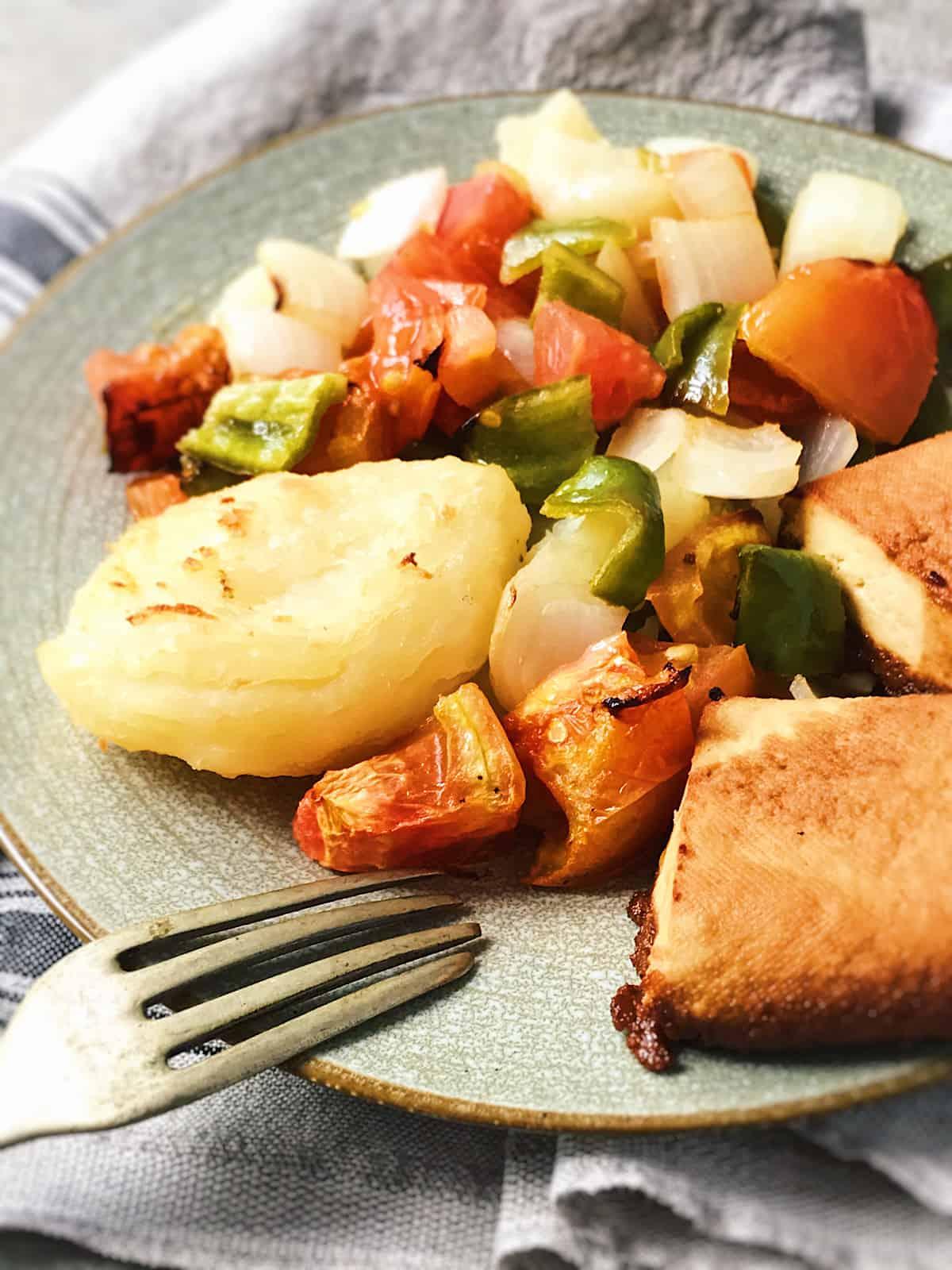 tofu al horno con verduras y patatas