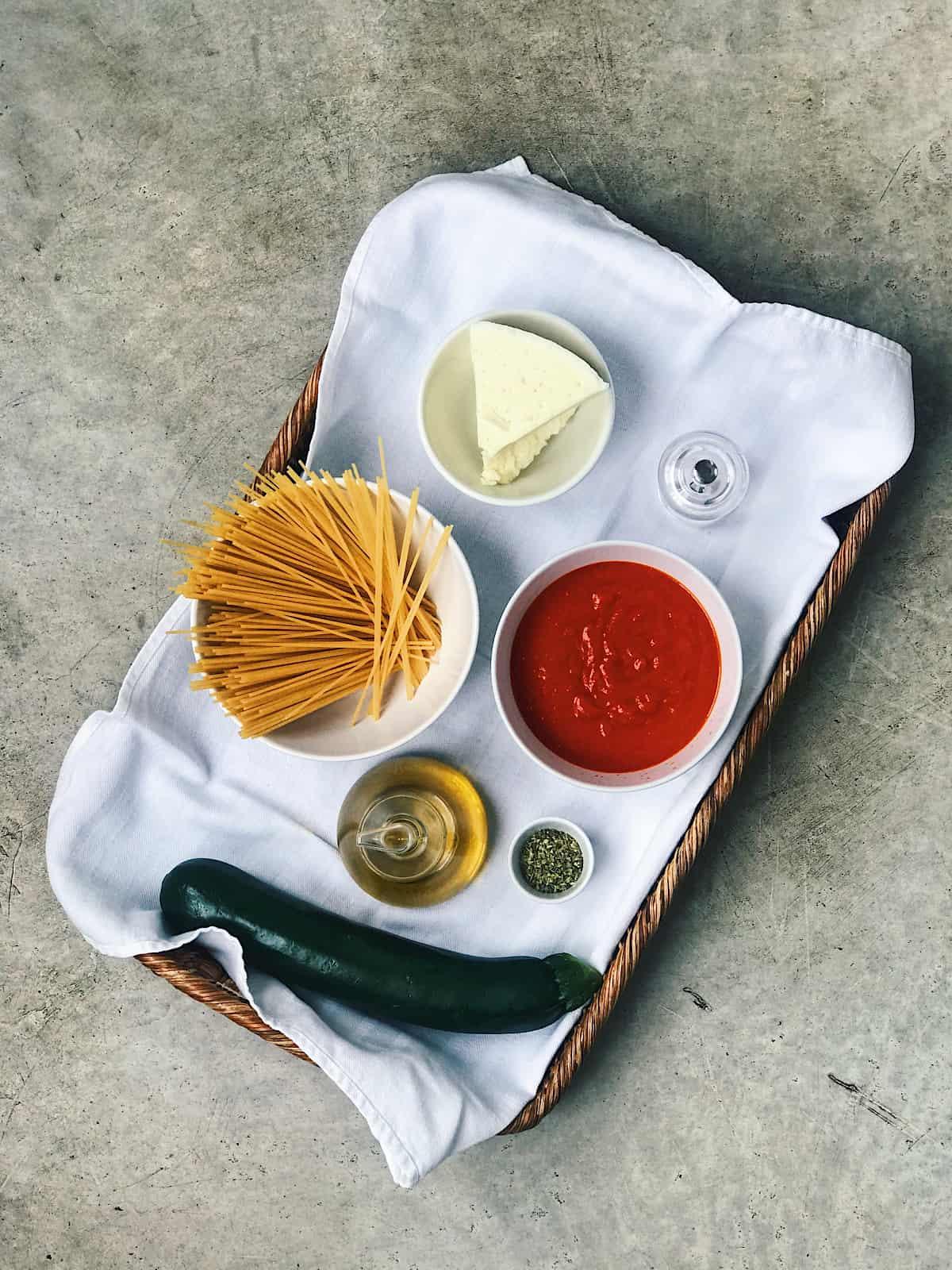 Ingredientes de espaguetis con calabacin