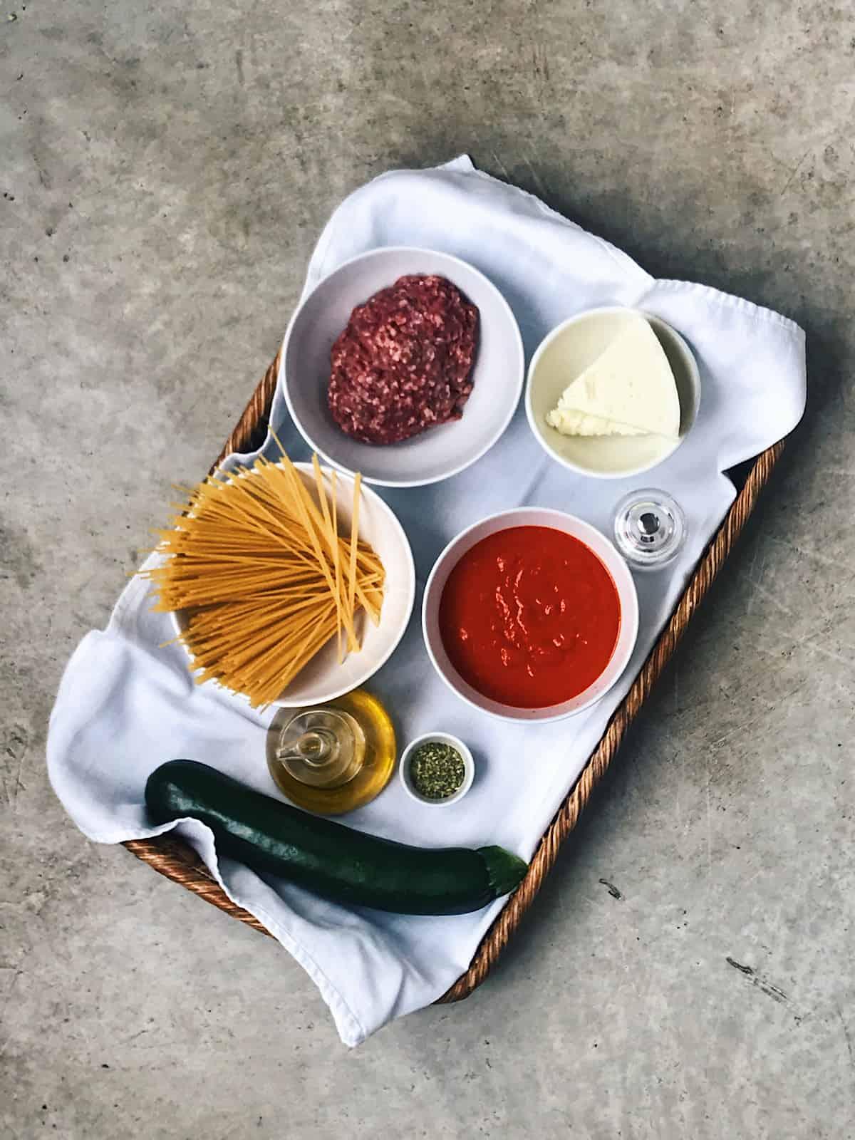 Ingredientes de espaguetis con tomate y carne