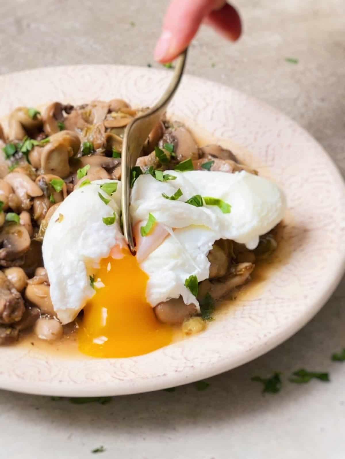 Receta de habas con huevo escalfado